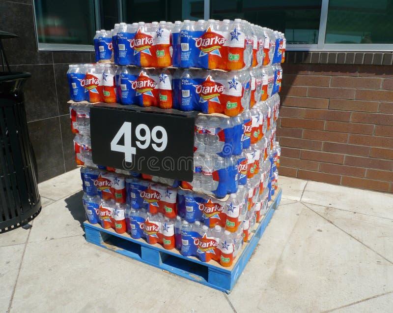 Affichage de bouteilles d'eau de ressort d'Ozarka à l'épicerie photographie stock libre de droits