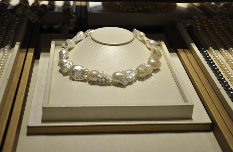 Affichage de collier de perles dans un int?rieur d'atelier de perle dans P?kin de la Chine image stock
