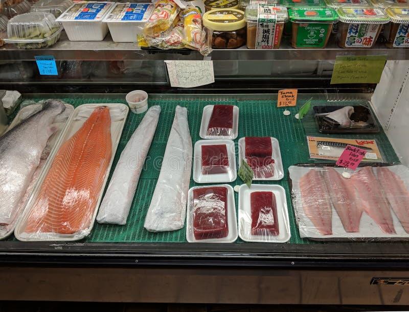 Affichage de compteur de restaurant de sushi avec la nourriture préemballée photo stock