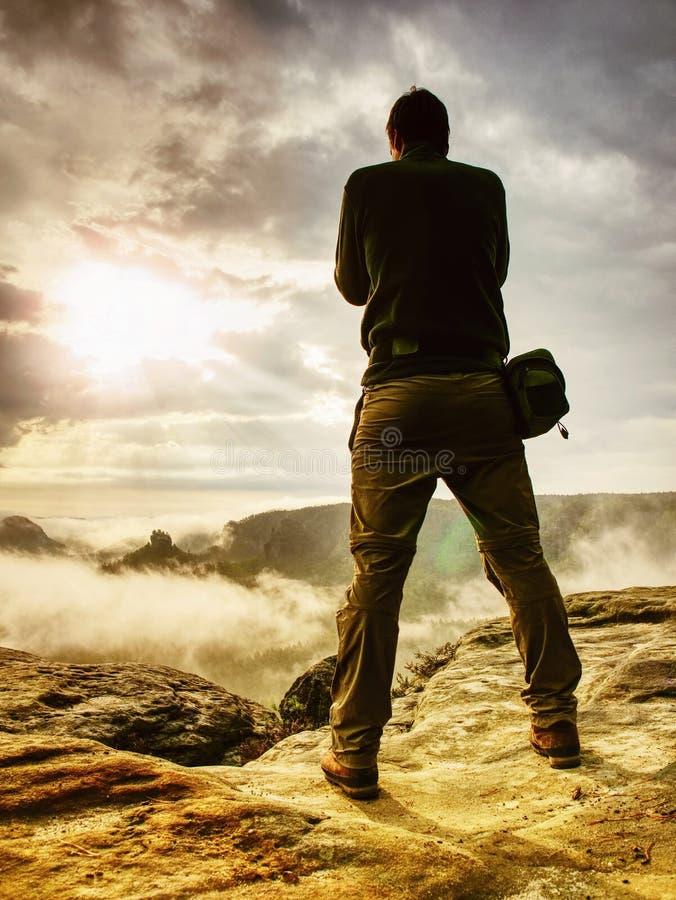 Affichage de contrôle de photographe d'appareil-photo Séjour d'homme sur la falaise photo libre de droits