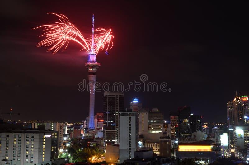 Affichage de feu d'artifice de tour de ciel d'Auckland pour célébrer 2016 nouvelles années photographie stock
