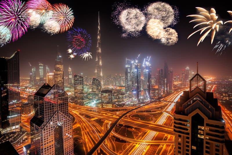 Affichage de feux d'artifice de nouvelle année à Dubaï, EAU photos stock