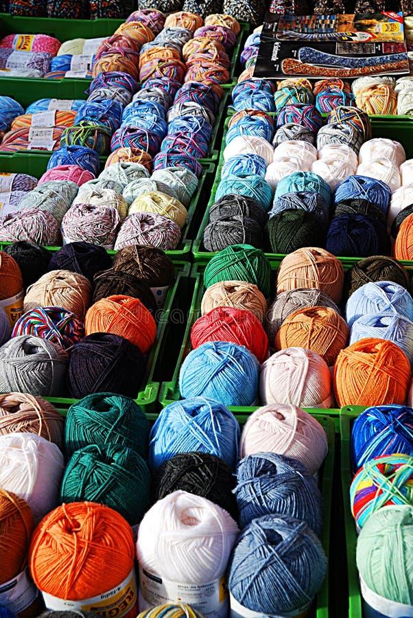 Affichage de filé et de laines photos stock