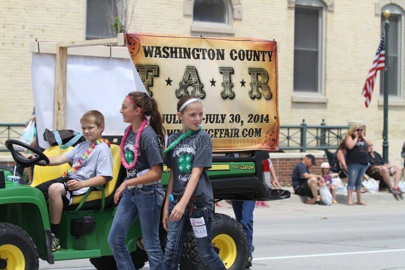 Affichage de foire régionale dans un défilé avec des enfants en petite ville Amérique images stock