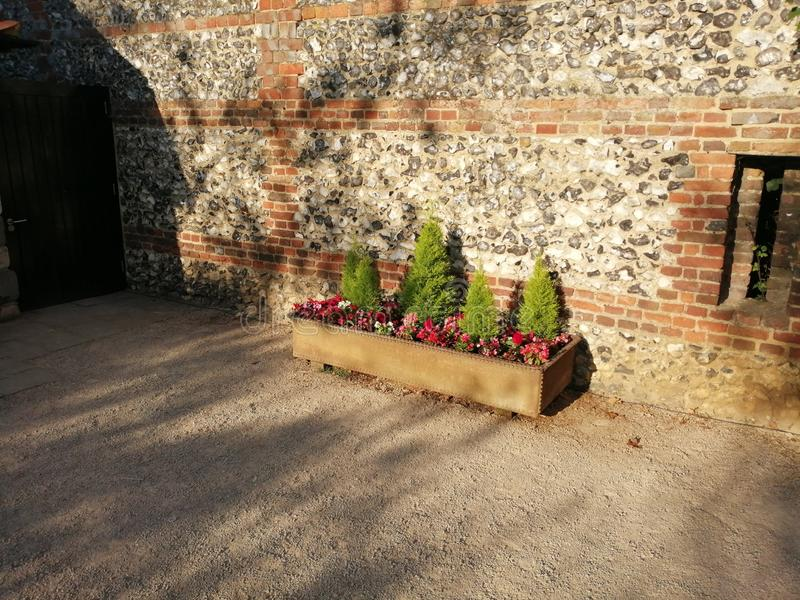 Affichage de jardin muré par boîte d'arbuste photos libres de droits