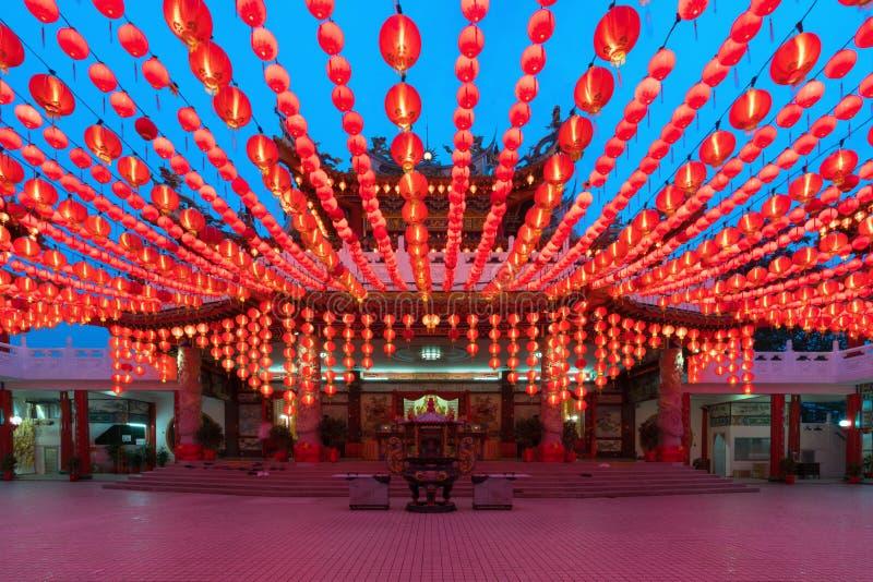 Affichage de lanternes de chinois traditionnel dans l'illumin de temple de Thean Hou photo libre de droits