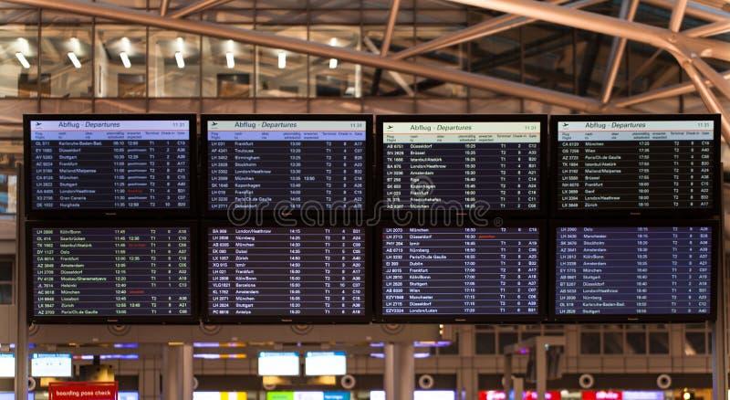 Affichage de plan de vol dans un aéroport image libre de droits