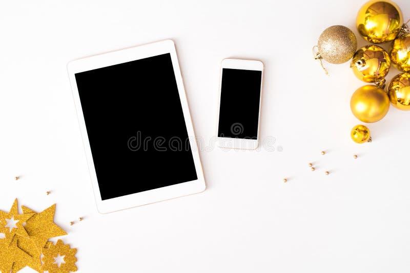 Affichage de smartphone de Tablette sur le fond de composition en Noël de table wallpaper, des boules de décoration, sur le fond  photo libre de droits