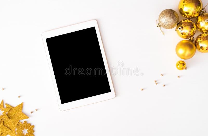Affichage de Tablette sur le fond de composition en Noël de table wallpaper, des boules de décoration, sur le fond blanc image stock