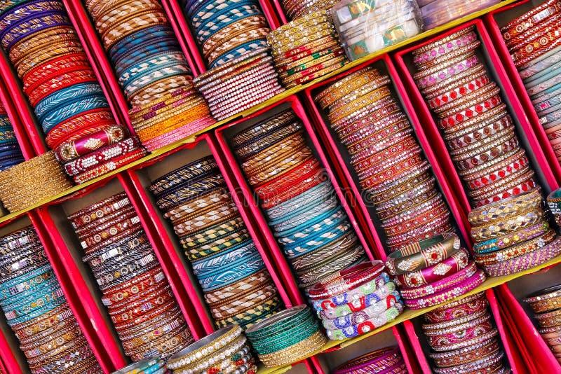 Affichage des bangels colorés à l'intérieur du palais de ville à Jaipur, Inde photos stock