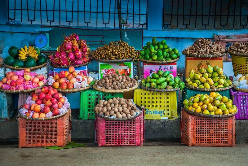 Affichage des fruits exotiques dans Luang Prabang photographie stock libre de droits