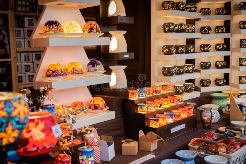 Affichage des lumières et des bougeoirs colorés de bougie au kiosque du marché de Noël à Vienne photos stock