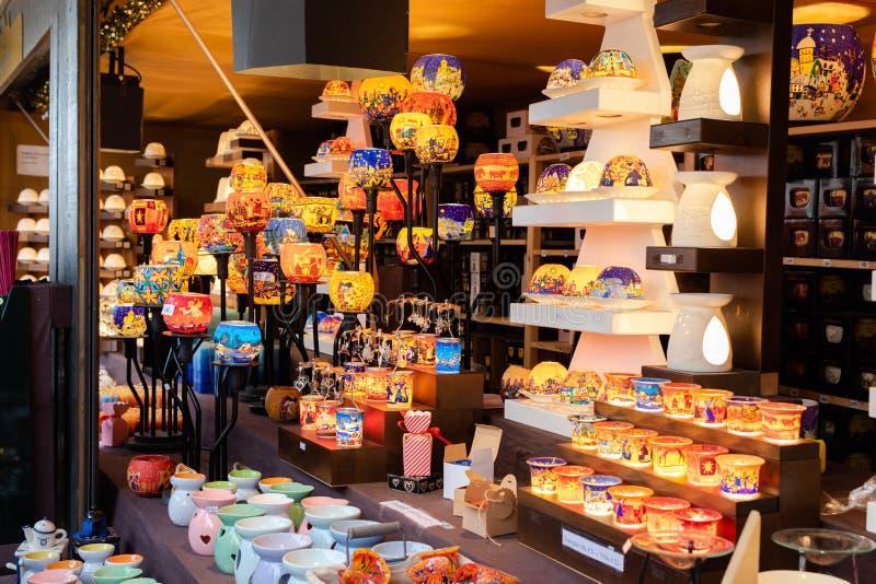 Affichage des lumières et des bougeoirs colorés de bougie au kiosque du marché de Noël à Vienne photo stock