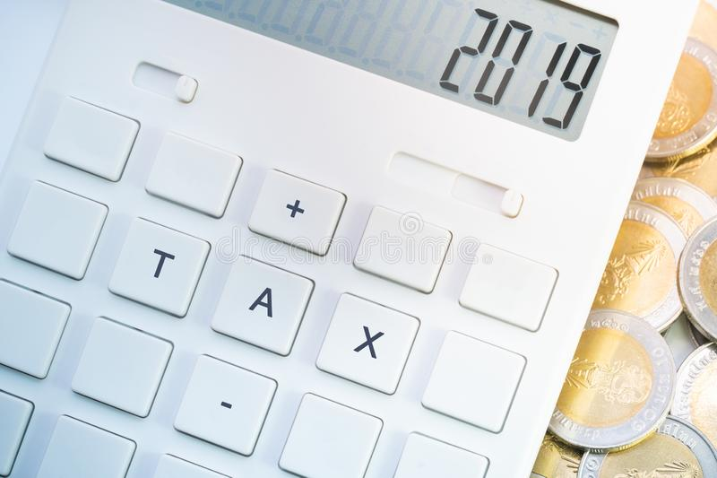 Affichage du numéro 2019 sur la calculatrice avec le bouton d'impôts image libre de droits