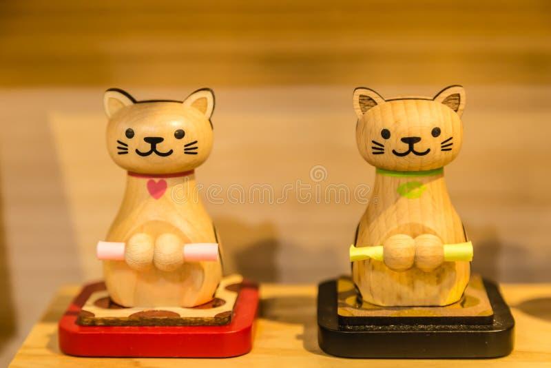 Affichage en bois mignon de jouet de chat de couleur jaune sur la table photo libre de droits