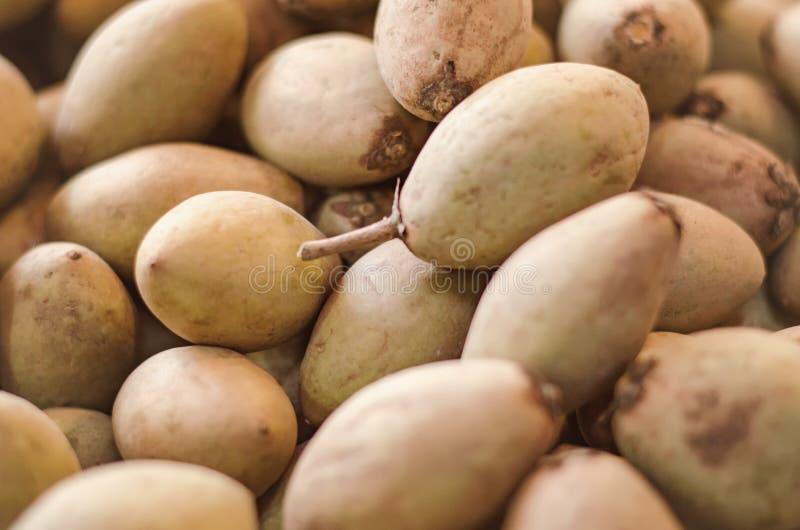 Affichage exotique de fruits tropicaux, de sapotille ou de fruit de chiku sur le marché de produits frais photo stock