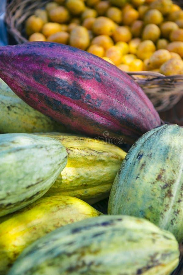 Affichage frais de fruit de Cacau au marché brésilien d'agriculteurs photographie stock