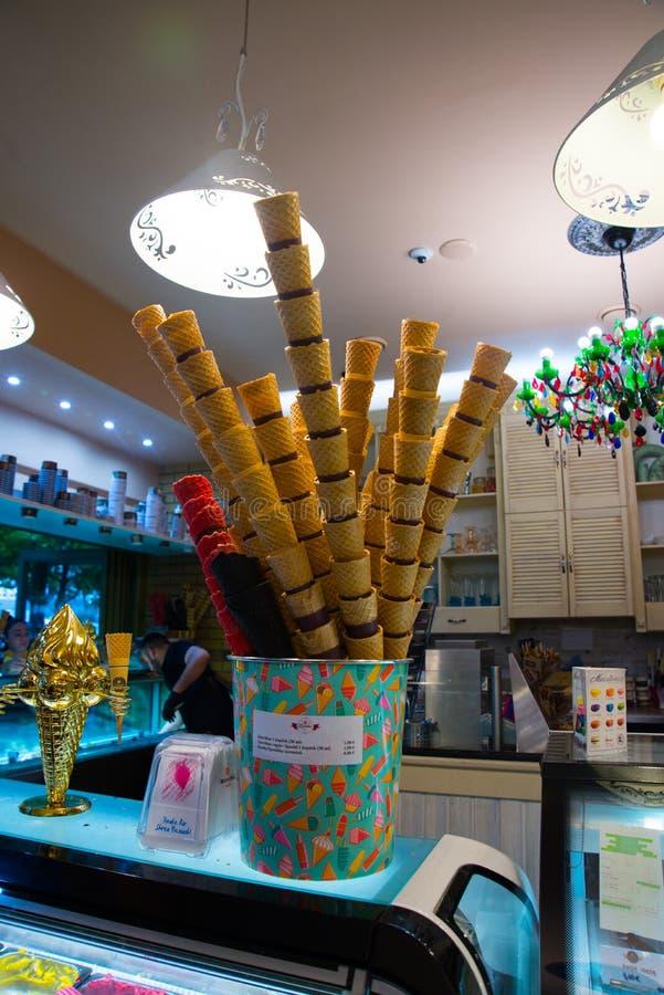 Affichage gastronome italien classique de cr?me glac?e de gelatto de gelato dans la boutique Bratislava, Slovaquie photos libres de droits