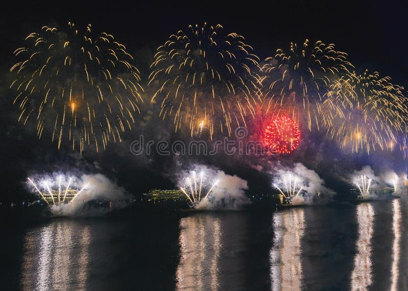 Affichage iconique et stupéfiant de feux d'artifice sur l'eau photos libres de droits