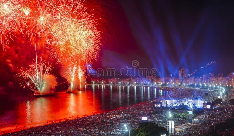 Affichage iconique et stupéfiant de feux d'artifice sur la plage de Copacabana, Rio de Janeiro, Brésil photographie stock
