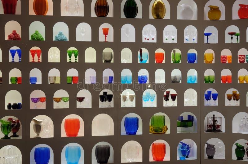 Affichage imaginatif de la fabrication du verre colorée lumineuse dans un magasin de métier et de conception à Florence photos stock
