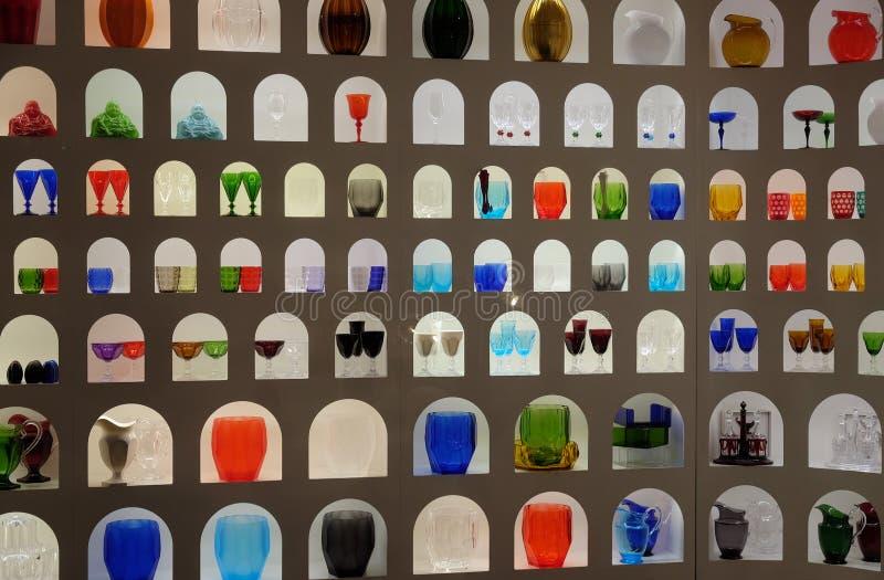 Affichage imaginatif de la fabrication du verre color?e lumineuse dans un magasin de m?tier et de conception ? Florence photographie stock libre de droits
