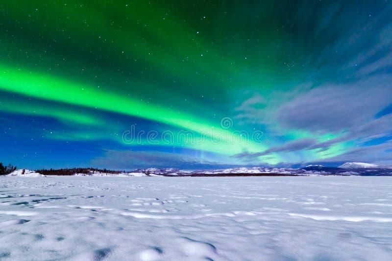 Affichage intense des borealis de l'aurore de lumières du nord photographie stock