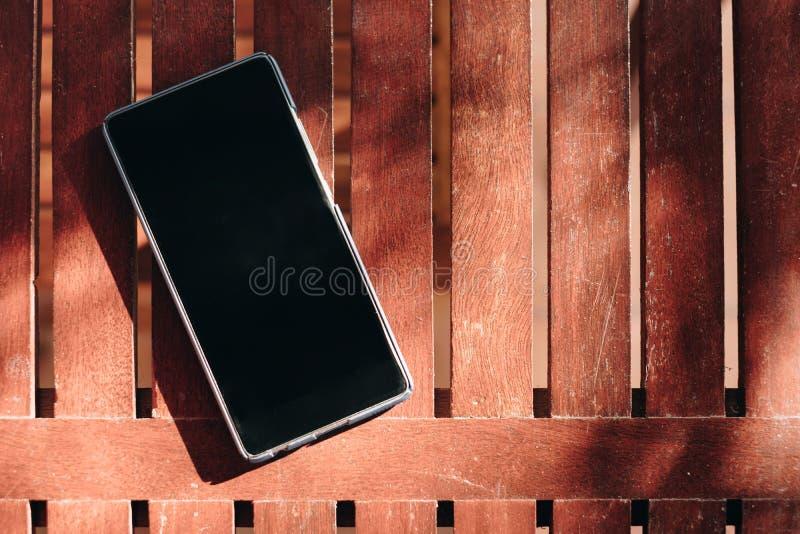 Affichage neutre de Smartphone mise sur la table en bois image stock