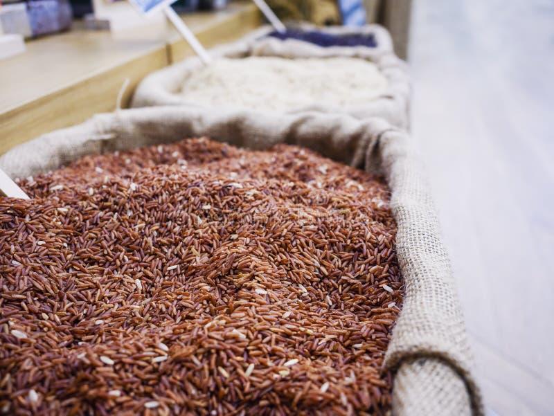 Affichage organique de produit alimentaire de riz brun dans le sac de sac photo stock