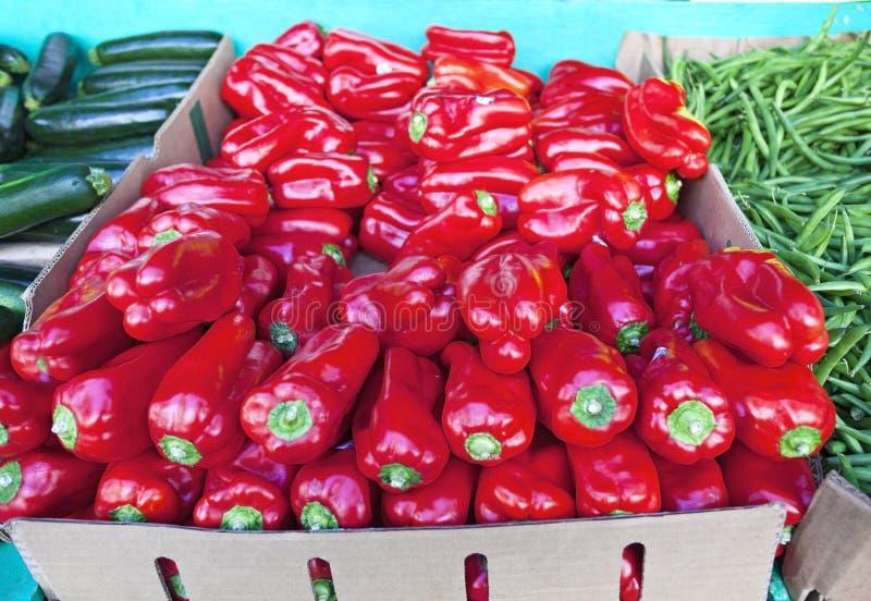 Affichage végétal de support de trottoir des poivrons rouges photo stock