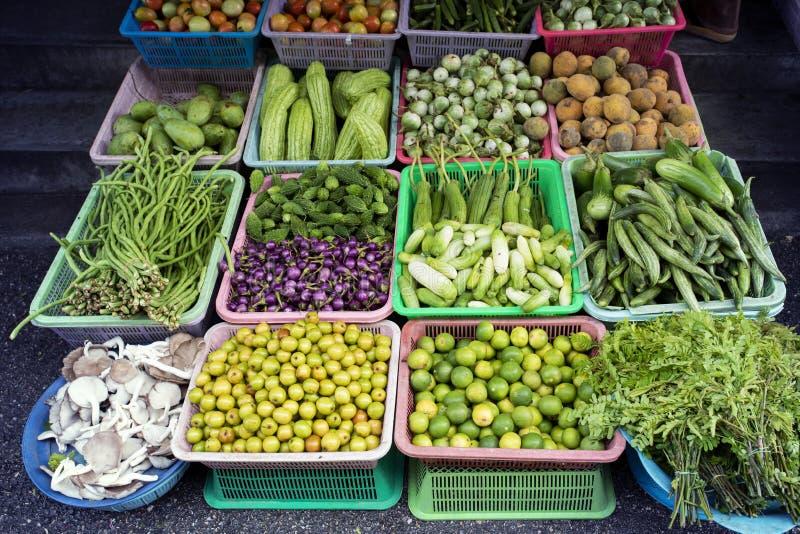 Affichage végétal local de la Thaïlande à vendre sur le marché de produits frais image libre de droits