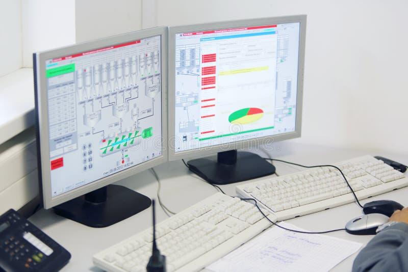 Affichages au centre de contrôle à l'usine Caparol photographie stock