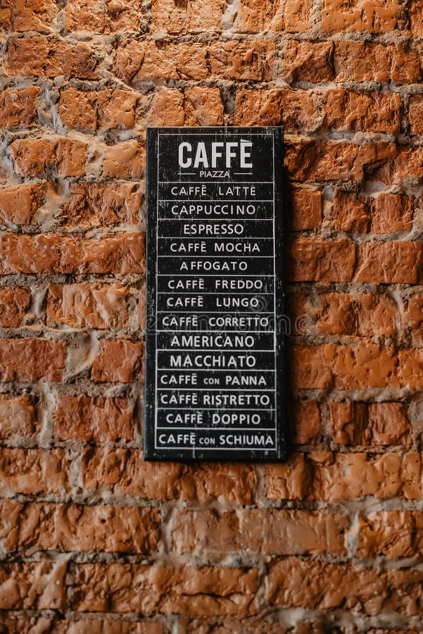 Affiche avec des types de café sur le mur photo libre de droits