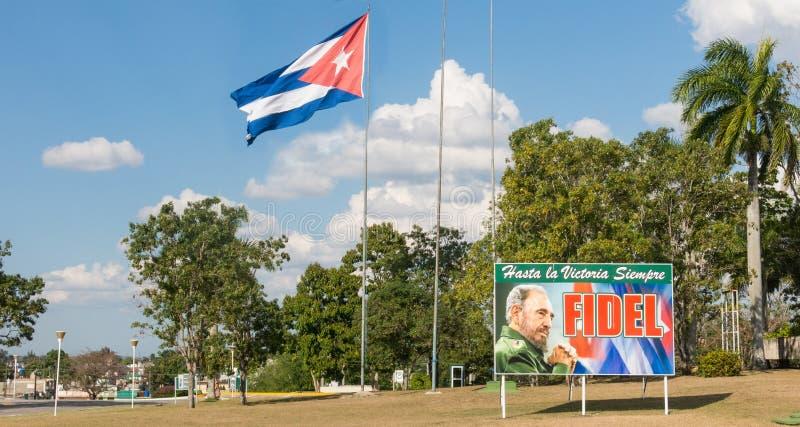 Affiche avec l'image du drapeau de Fidel Castro et de Cubain en Santa Clara, images stock