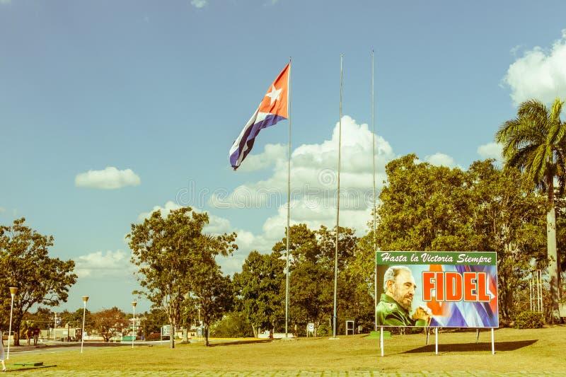 Affiche avec l'image du drapeau de Fidel Castro et de Cubain en Santa Clara, photo stock
