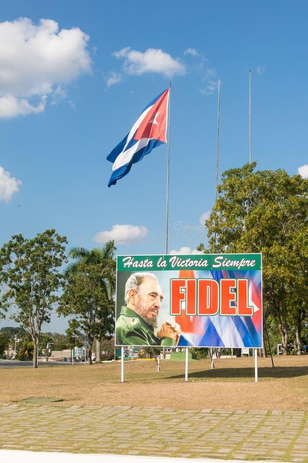 Affiche avec l'image du drapeau de Fidel Castro et de Cubain en Santa Clara, photographie stock libre de droits