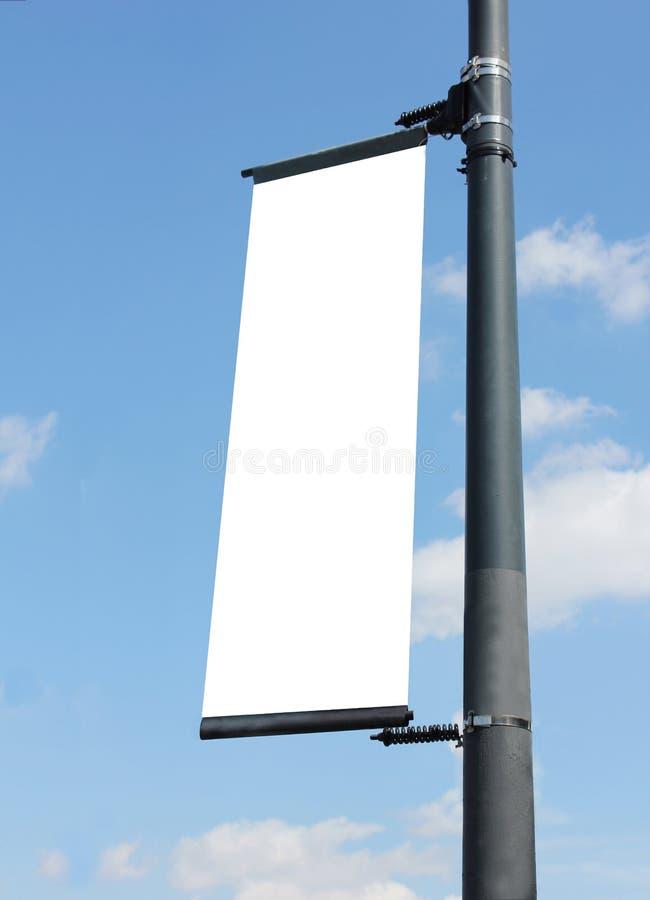 Affiche blanc sur le lampost photo stock