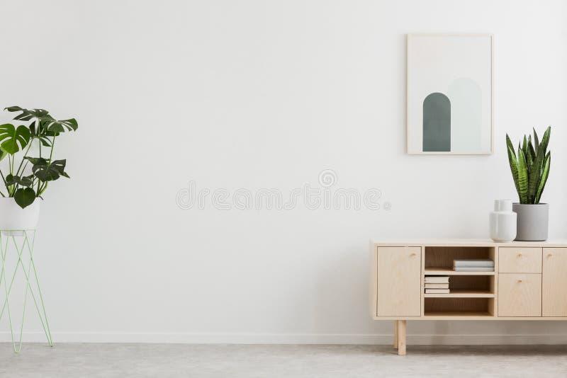 Affiche boven kast met installatie in wit woonkamerbinnenland met exemplaarruimte Echte foto Plaats voor Uw Product royalty-vrije stock afbeeldingen