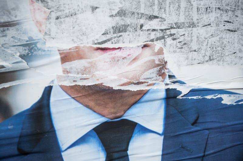 Affiche déchirée par un citoyen fâché du président du ` d'en Marche de ` images libres de droits