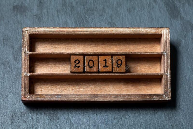 affiche d'invitation de carte de voeux de 2019 ans Boîte de vintage, cubes en bois avec des lettres de style ancien Pierre grise  images stock