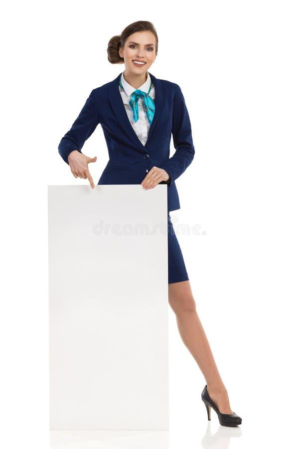 Affiche de sourire Amd d'Is Standing Behind d'hôtesse se dirigeant là-dessus photos libres de droits