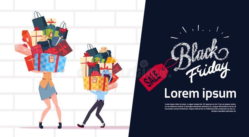 Affiche de vente de Black Friday avec des couples tenant la pile de boîte-cadeau au-dessus du fond blanc de mur de briques, banni illustration libre de droits