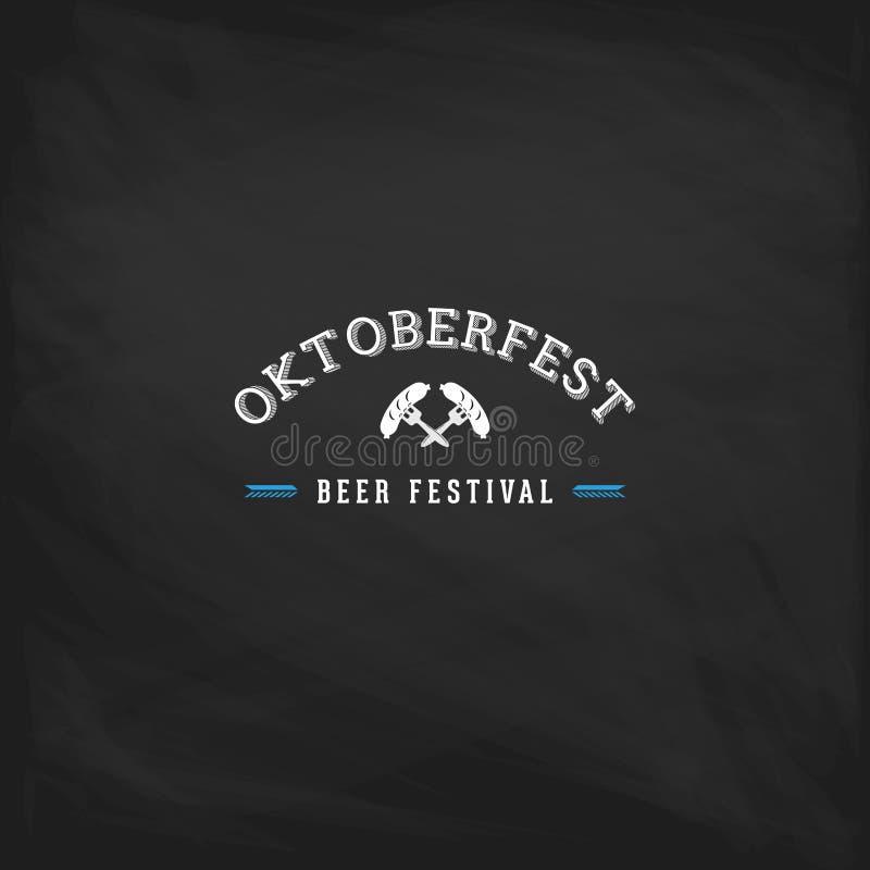 Affiche de vintage d'Oktoberfest ou carte de voeux sur un fond de tableau Ensemble de typographie de lettrage de festival de bièr illustration libre de droits
