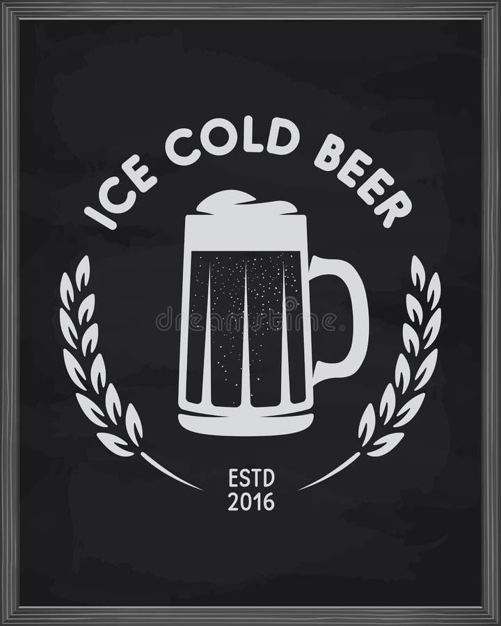 Affiche glacée de bière Emblème de bar sur le fond de tableau Illustration de vintage de vecteur illustration de vecteur