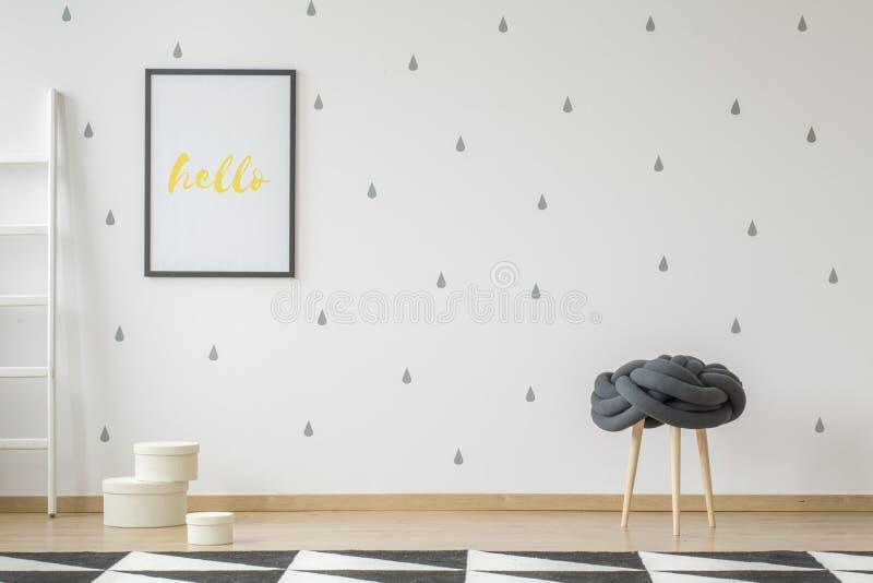 Affiche sur le papier peint dans l'intérieur de pièce du ` s d'adolescent avec des selles et g photographie stock