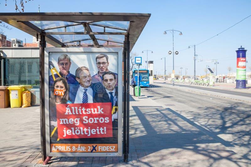 Affiche van politieke partij Fidesz die oponents van PM Viktor Orban omringende miljardairphilathropist George Soros tonen stock foto