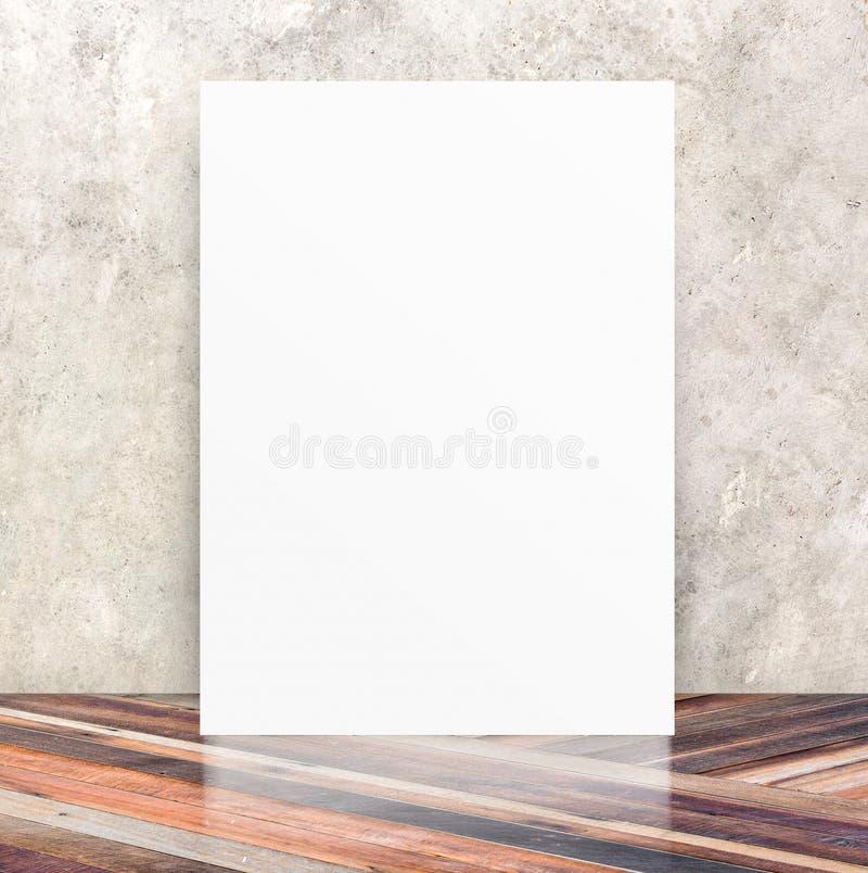 Affiche vide blanche dans le mur de ciment de fente et le floo en bois diagonal photographie stock libre de droits
