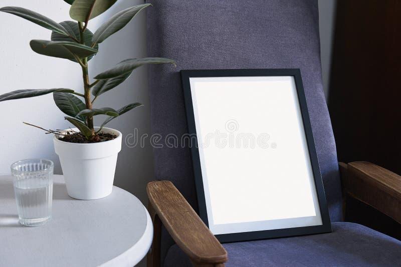 Affiche in zwart kader in noordse modieuze moderne binnenlandse, violette leunstoel, ficus, woonkamer Lege ruimte voor ontwerplay royalty-vrije stock afbeeldingen