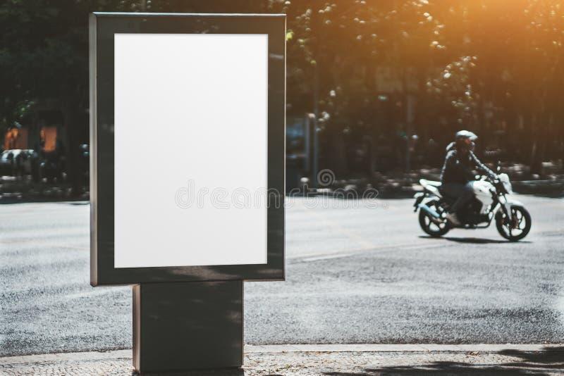 Affichemodel in openlucht, fietser erachter royalty-vrije stock afbeeldingen