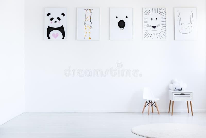Affiches in autistische kindslaapkamer stock foto